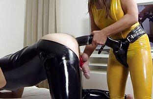 ソファの上に彼女の猫に彼女の指を貼り付ける大きなお尻を持つロシアの赤毛。 女性 用 の エロ 動画